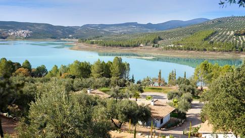 Die Gästehäuser am See sind so ausgerichtet, dass alle Häuser Seeblick haben.