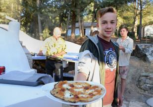"""Hmm...hier freut sich ein junger Gast auf """"seine"""" selbstbelegte Pizzakreation.."""