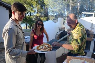 Das Olivenholzfeuer des Lehmofens verleiht jeder Pizza einen unnachahmlichen Geschmack.