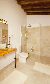 Die modern eingerichteten Badezimmer verfügen über Aussenfenster und Tageslicht.