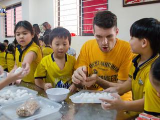 """Học sinh Everest School """"hướng dẫn"""" thầy giáo Tây làm bánh Trôi bánh Chay trong tết Hàn Thực 2019."""