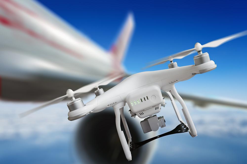 Es hat sich herausgestellt, dass insbesondere der Bereich eines Flughafens zur Drohnenabwehr mit verschiedenen Sensoren überwacht werden muss, wenn Drohnen mit hinreichender Zuverlässigkeit erkannt werden sollen. Welche Sensoren das sind und wie sie genau eingesetzt