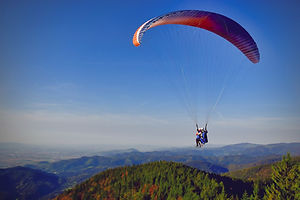 paragliding-3338748_1920.jpg