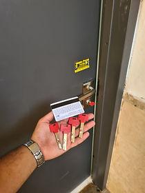 החלפת צילינדר בדלת פלדלת בגדרה חייגו: 052-552-5523