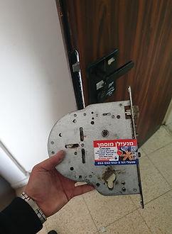 פורץ דלת שריונית חוסם בנתיבות