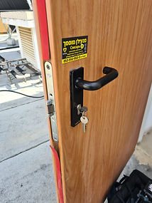 החלפת צילינדר בדלת מחסן בגדרה חייגו: 052-552-5523
