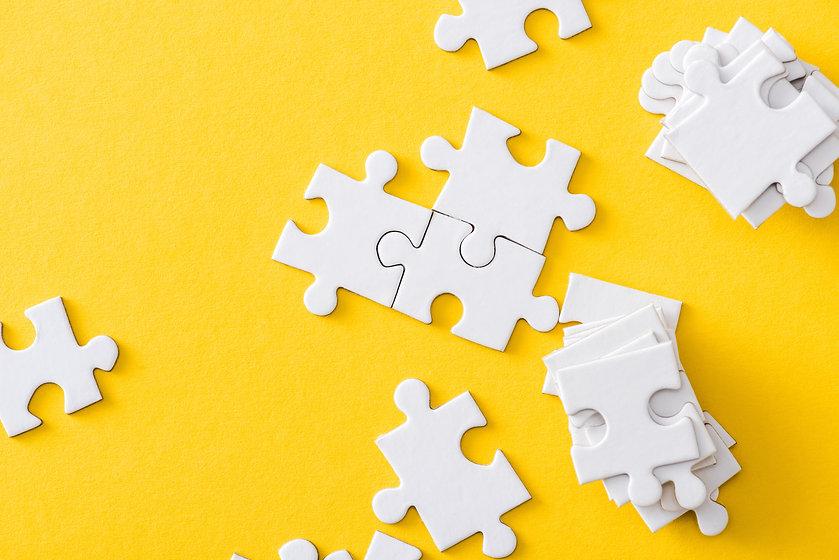 geel en witte puzzelstuk.jpeg