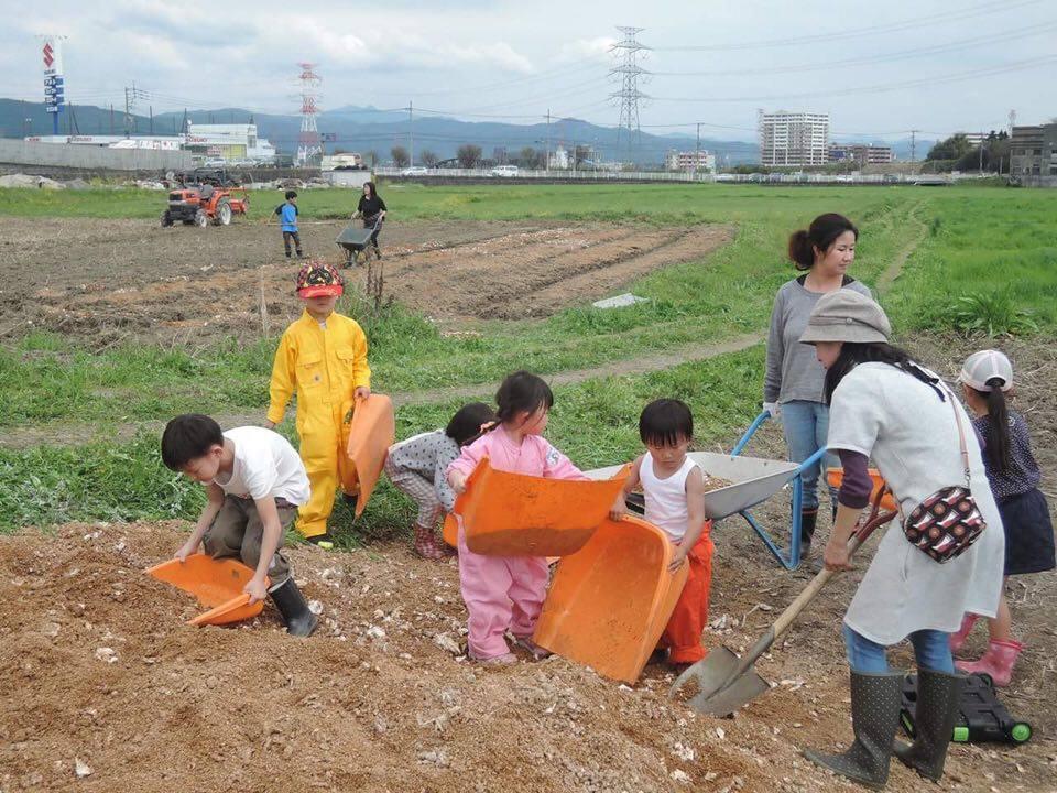 大人も子どももみんなで農作業