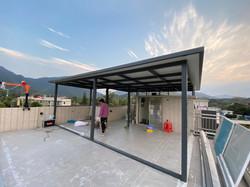 太陽能發電系统,700村屋天台為例,可以合法起一半即350呎太陽能棚頂。