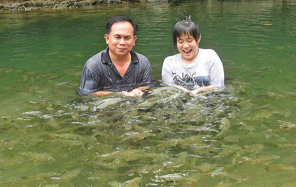Jephrin Wong and his daughter enjoying a 'fish spa'