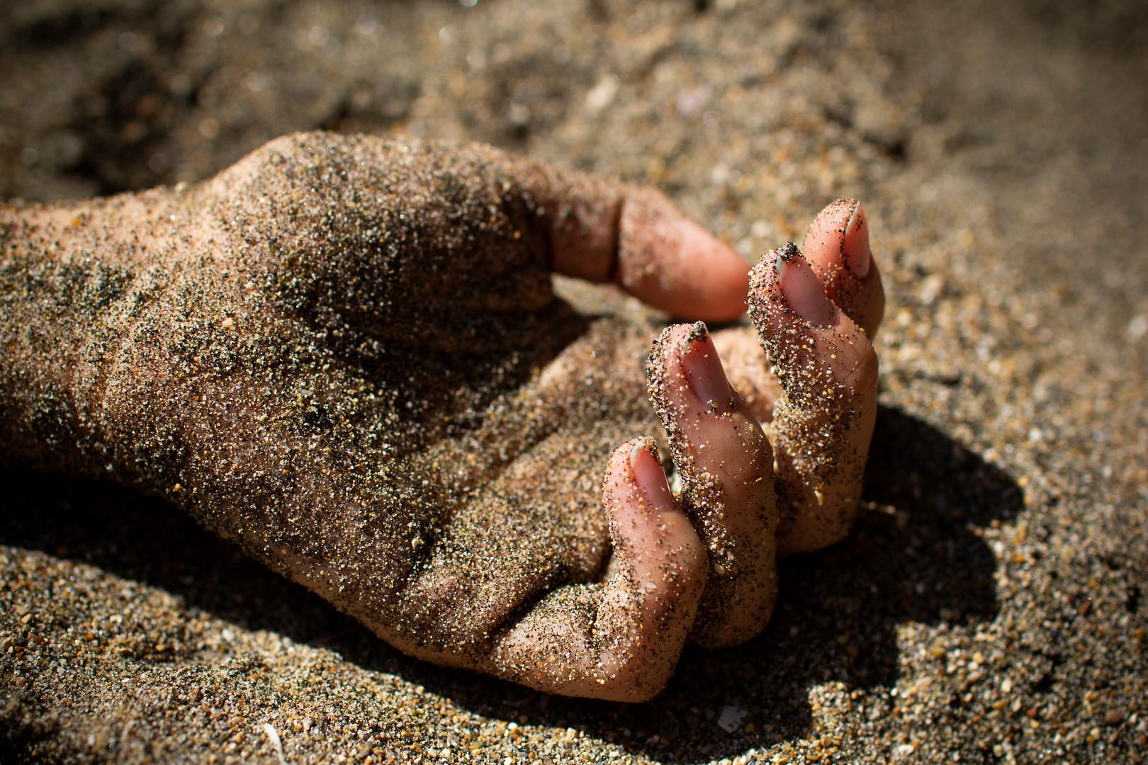 E poli le mani si sono lavate si sono sdraiate in grembo hanno dormito percorse dal tempo si sono salvate una sull'altra custodia di gesti se non ti tengo, avvolgi le dita di luce, fai il pugno. tu resta.
