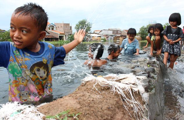 Sejumlah anak sedang bermain di tanggul Kaliasin yang rusak di kelurahan Kuningan, Semarang, Selasa (4/5/2010).