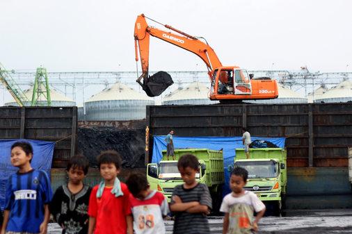 Kapal tongkang Parta Jaya 2701 mengangkut 5677 ton batubara berlabuh di Pelabuhan Tanjung Emas, Semarang, Selasa (24/8/2010). Pasokan batubara dari Samarinda tersebut akan ditimbun di Stock Pile Bukit Asam yang kemudian didistribusikan untuk pabrik tekstil di Sukoharjo dan Solo.