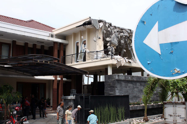 Bagian rumah milik Hosea Nugroho dibongkar dengan alat berat Back Hoe terkait melanggar batas ketinggian rumah di Jalan Alamanda VIII 3 A Graha Candi Golf, Semarang, Desember 2010.