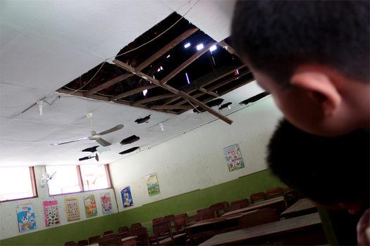 Siswa SD Pedurungan, Semarang, (21/10/2010), terpaksa pindah kelas lantaran atap sekolah ambrol dan membahayakan murid. Meski begitu, aktivitas belajar mengajar masih berlangsung di ruangan lain.