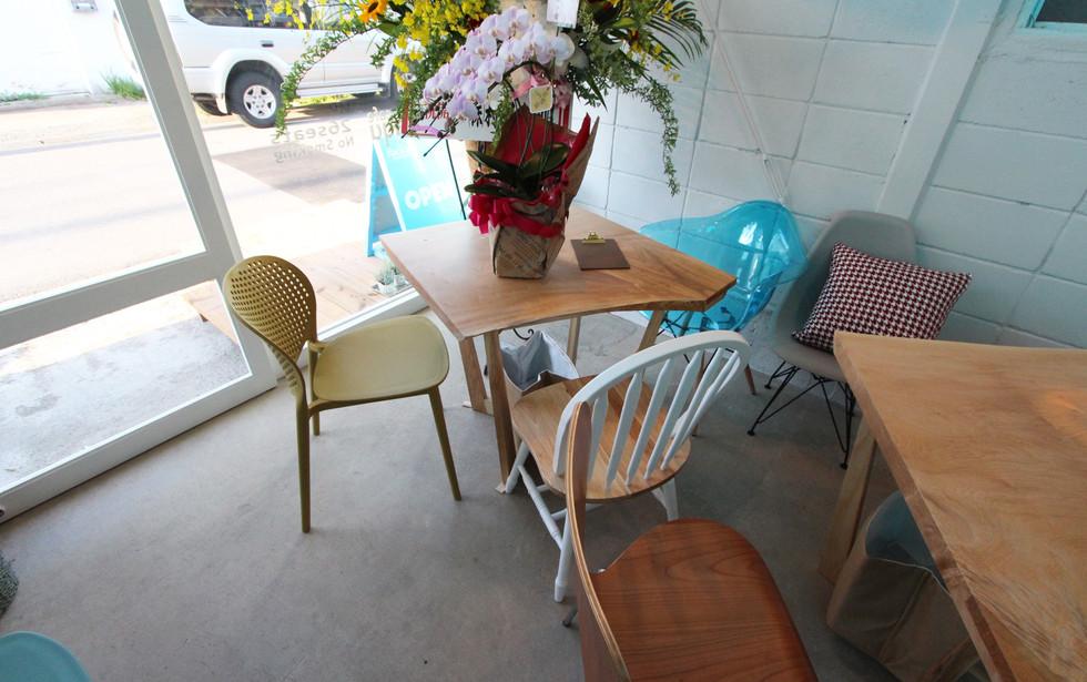 栃の木の一枚板テーブルとシイの木のハイスツール