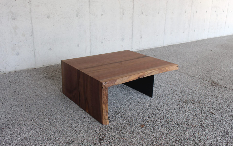 ウォールナットの一枚板テーブル