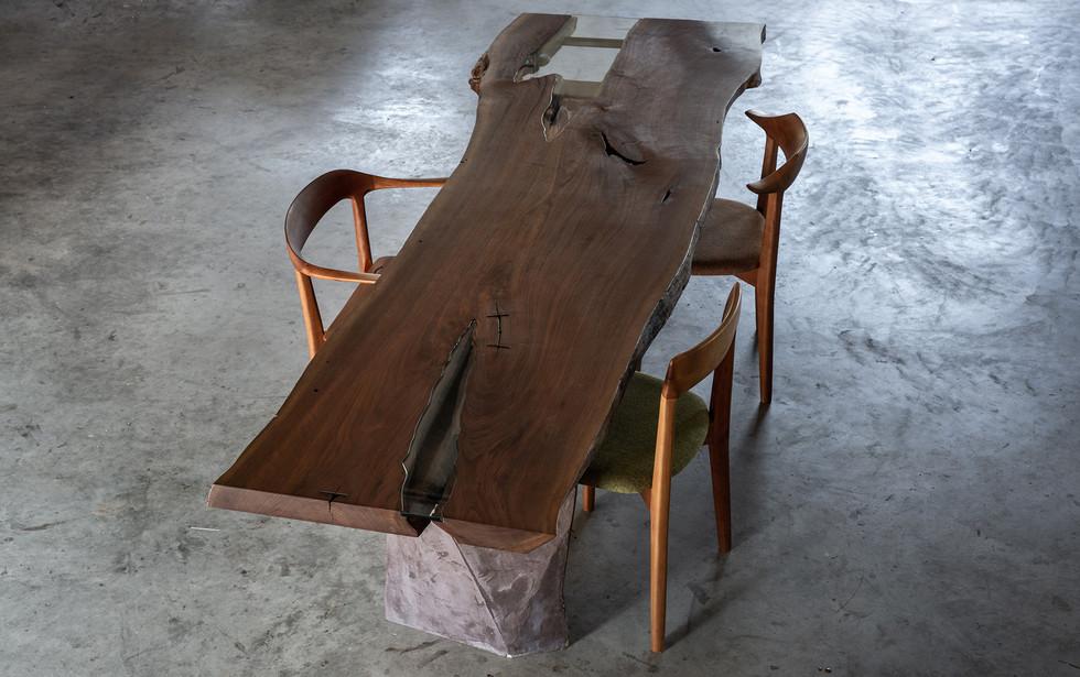 ウォールナットの水鏡テーブル