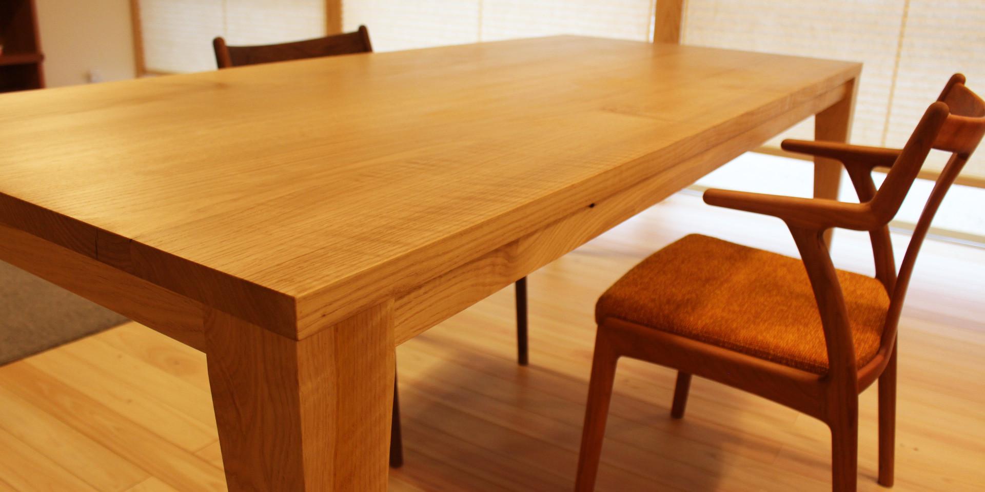 シイの木のスクエアテーブルとワークデスク