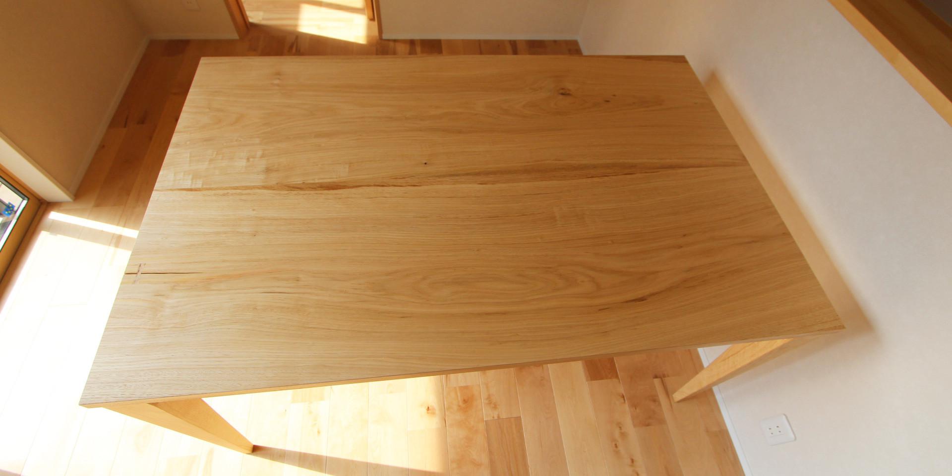 テーブルの再生と大山杉のベンチ