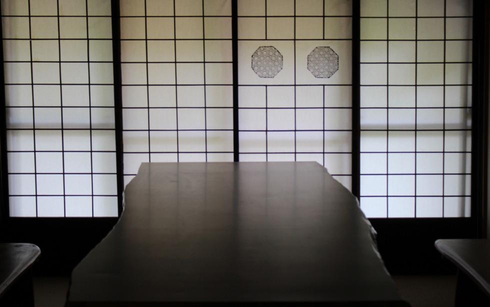 シイの木の耳付き板接ぎテーブル