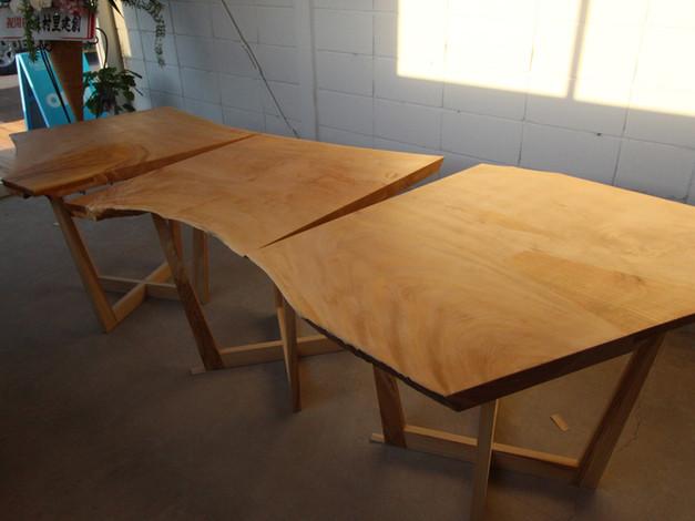 栃の木の一枚板テーブル  と  シイの木のハイスツール