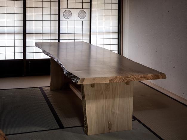 シイの木の一枚板テーブル