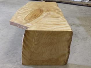 水目ザクラの一枚板テーブル