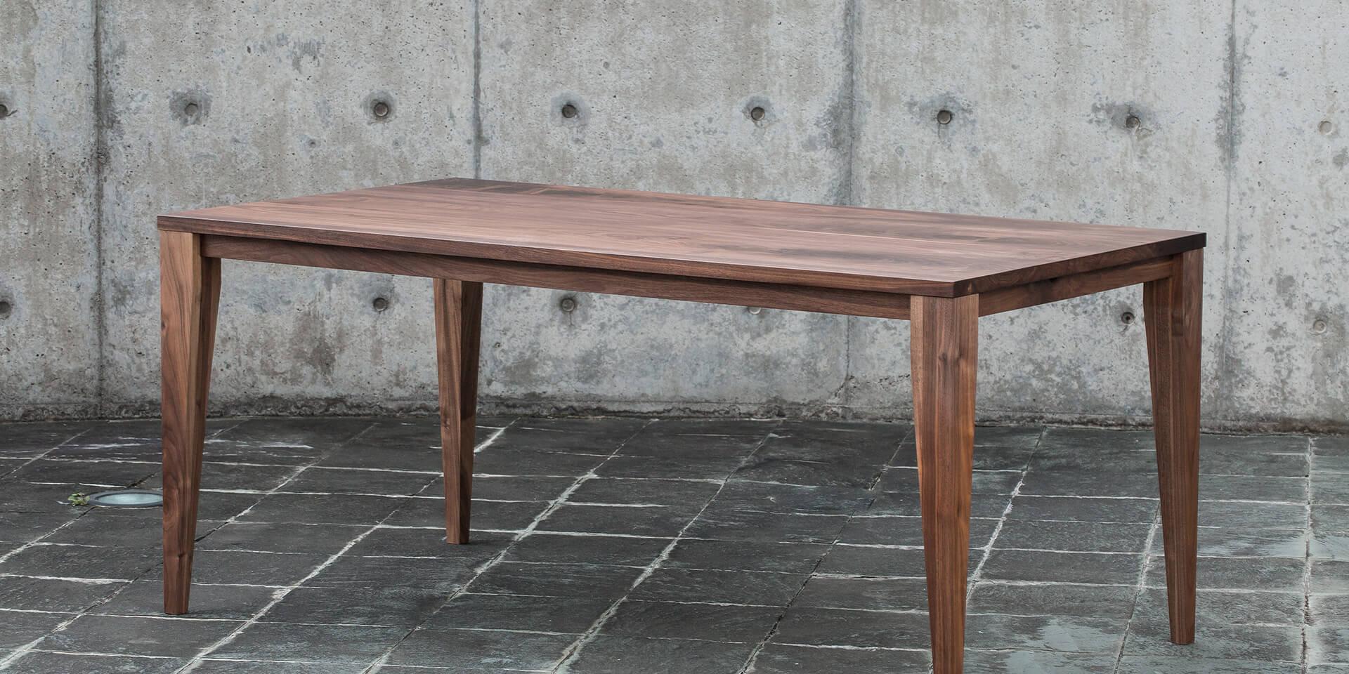ウォールナットのスクエアテーブル