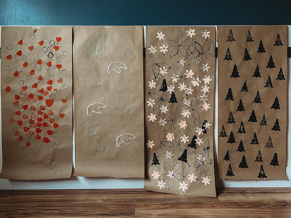 Diy wrapping paper, easy diy wrapping paper, potato stamp, crafts with kids, easy diy holiday ideas, easy diy Christmas, Christmas crafts, Christmas kids crafts, diy gift wrapping, gift topper ideas, easy diy gift topper, valentine gift wrapping, Christmas wrapping paper, kids diy, family diy, family crafts, holiday wrapping, present wrapping ideas, wrapping paper ideas, wrapping paper diy