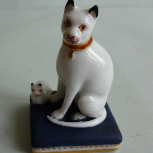 19THC STAFFORDSHIRE PORCELLANOUS GROUP OF CAT AND KITTEN CHAMBERLAIN WORCESTER