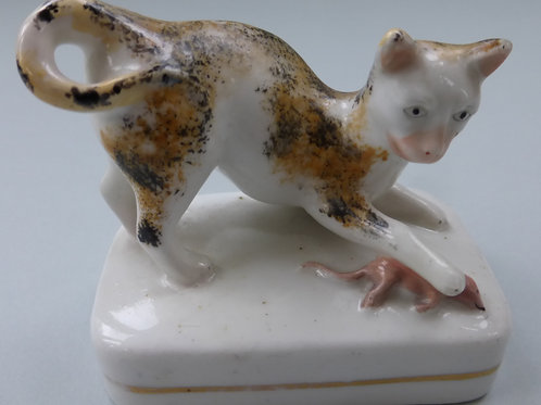 19THC PORCELLANOUS STAFFORDSHIRE OF CAT AND MOUSE