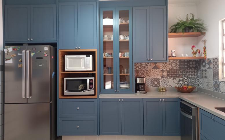 Cozinha provençal azul  com puxador cromado de bolinha