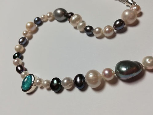 MONOCHROME PEARL NECKLACE WITH APATITE