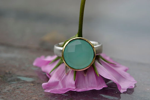 CHALCEDONY RING WITH GOLD SETTING