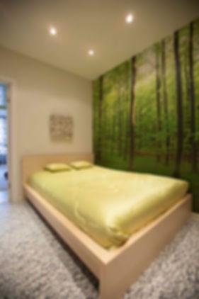 интерьер спальни, фотоообои лес