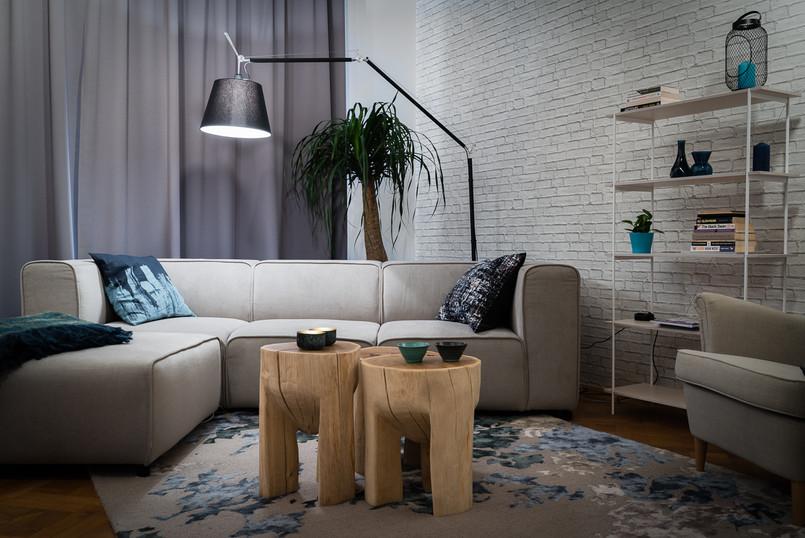 obývací pokoj a stojací lampa za pohovko