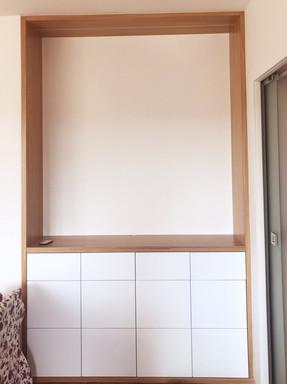 bílý byt a obývací pokoj s vestavěnou ko