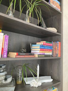 kouřový dub - knihovna.jpg