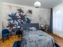ložnice s peříčkovými lampami.jpg