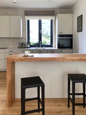 hradní kuchyně s dubovým barem.jpg
