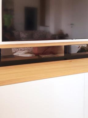 bílý byt a obývací pokoj s vestavěnou TV