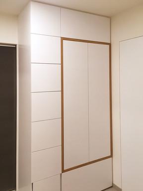 bílý byt a předsíň s šatní skříní.jpg