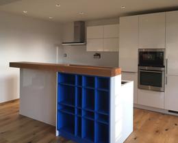 modrá kuchyně s vysokým barem.jpg