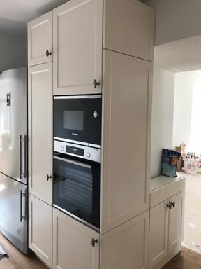 kuchyně na statku a vysoké skříně.jpg