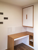 bílý byt a pracovna s psacím stolem a sk