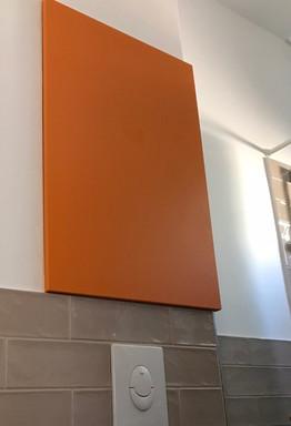 mini koupelna a skříňka vestavěná nad wc