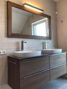 hnědá koupelna a zrcadlo v masivním rámu