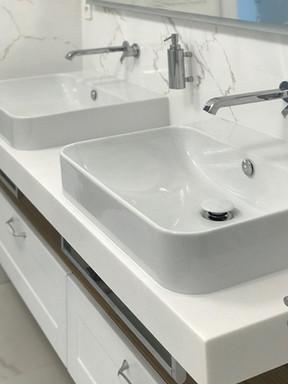 mramorová koupelna s umyvadly na desce z
