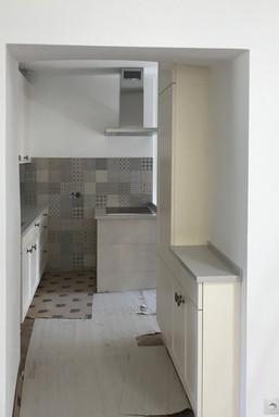 kuchyně na statku a pohled z obýváku do